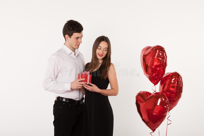 Accoppi con i palloni in Valentine Day immagine stock