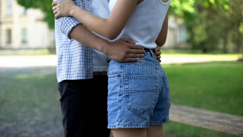 Accoppi degli adolescenti che ballano insieme nel parco, data romantica, felice, momento magico fotografia stock libera da diritti