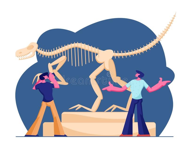 Accoppi degli uomini che visitano il museo della paleontologia, facendo la foto del Tirannosauro enorme Rex Bones Upright Skeleto royalty illustrazione gratis