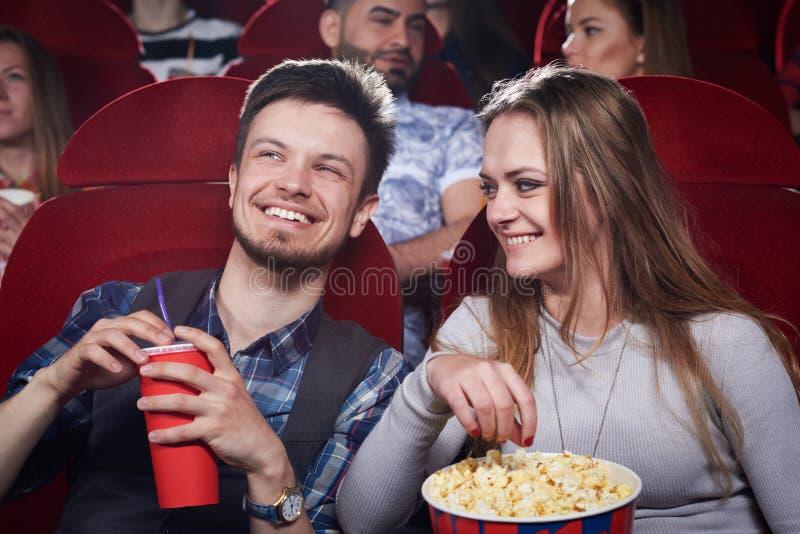 Accoppi il cibo del popcorn a commedia divertente in cinema immagini stock libere da diritti