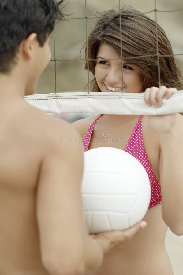 Accoppi il flirt da Volleyball Net immagini stock libere da diritti