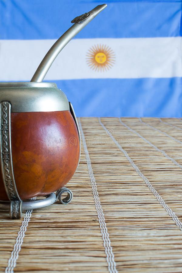 Accoppi, accoppi l'erba mate dell'erba con la bandiera dell'Argentina nel BAC fotografia stock libera da diritti
