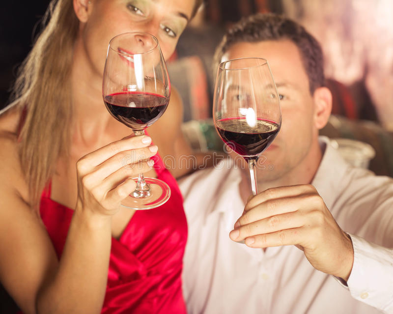 Accoppi la degustazione del vino rosso in cantina a winetasting fotografia stock