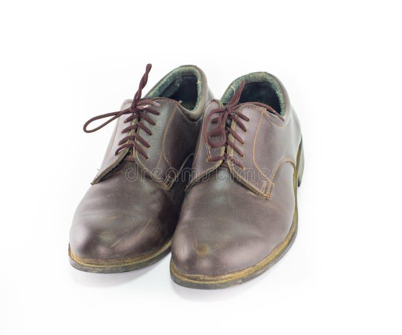 Accoppi le scarpe di cuoio marroni isolate su fondo bianco, classico immagine stock