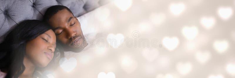 Accoppi a letto con i cuori di transizione di amore del ` s del biglietto di S. Valentino fotografie stock libere da diritti