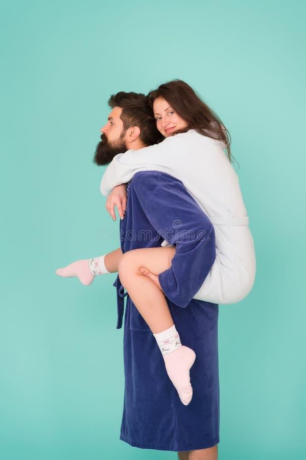 Accoppi nel divertiresi degli accappatoi Fiducia e supporto Amore allineare Lascia pantofolaio E r immagine stock libera da diritti