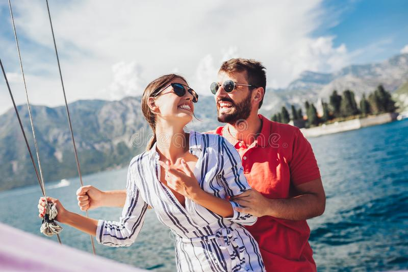 Accoppi spendere il tempo felice su un yacht in mare Vacanza di lusso su un seaboat fotografia stock libera da diritti