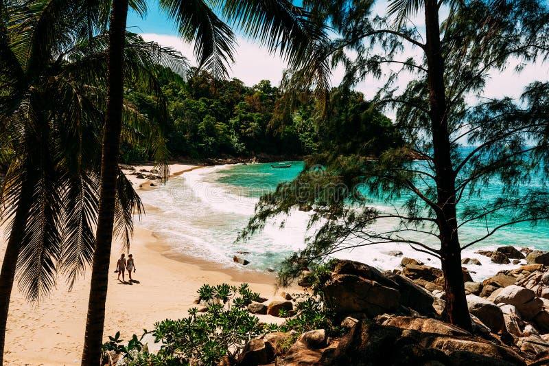 Accoppi su una spiaggia selvaggia Coppie felici sulla spiaggia Man e donna sull'isola coppie nell'amore che cammina sulla spiaggi fotografie stock