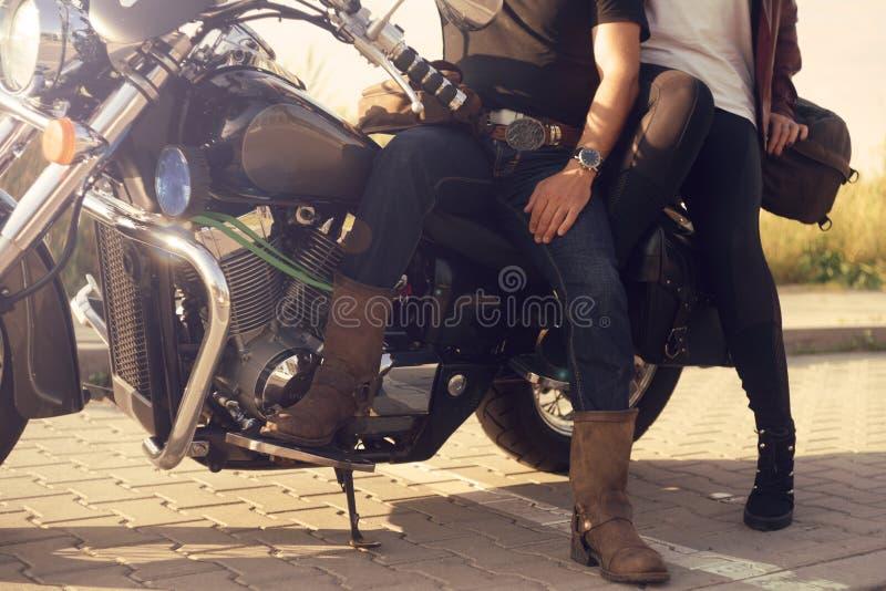Accoppi sui precedenti dei supporti del campo vicino al motociclo Viaggiando sulle bici Stile di vita, viaggio Data al tramonto b fotografia stock libera da diritti