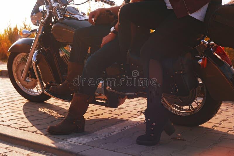 Accoppi sui precedenti dei supporti del campo vicino al motociclo Viaggiando sulle bici Stile di vita, viaggio Data al tramonto b fotografia stock