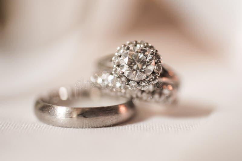 Accoppiamenti degli anelli di cerimonia nuziale fotografia stock libera da diritti