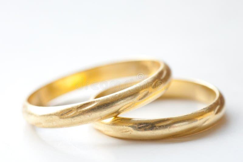 Accoppiamenti degli anelli di cerimonia nuziale dell'oro immagine stock
