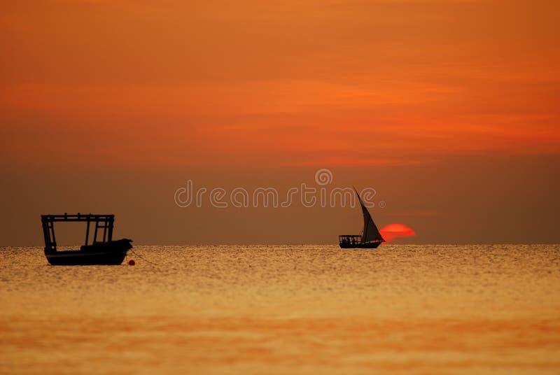 Accoppiamenti delle barche nel tramonto immagini stock libere da diritti