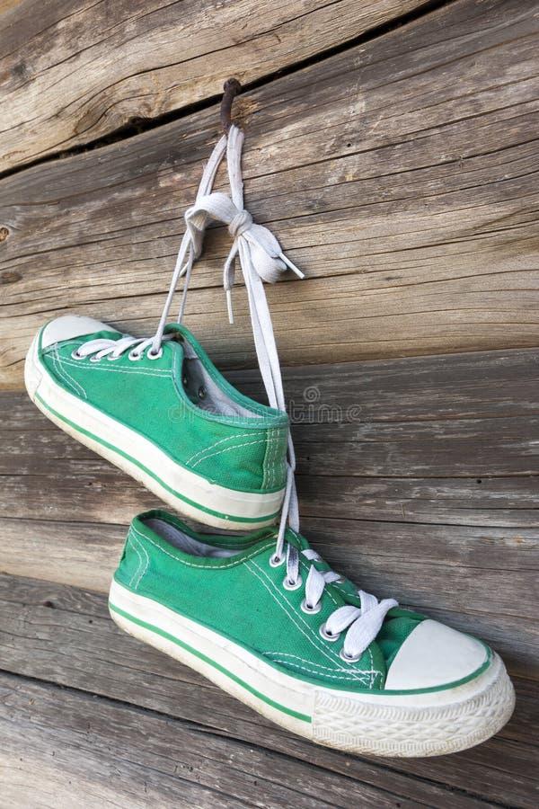 Accoppiamenti delle scarpe da tennis vecchie fotografia stock libera da diritti