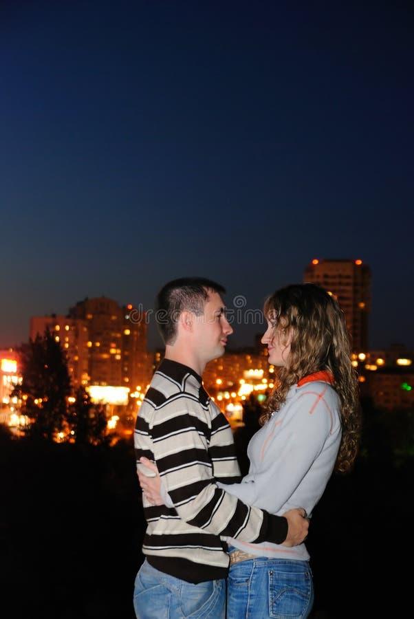 Accoppiamenti Enamoured in una città di notte fotografia stock