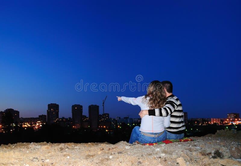 Accoppiamenti Enamoured in una città di notte immagine stock libera da diritti