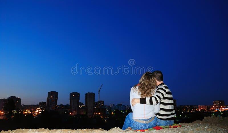 Accoppiamenti Enamoured in una città di notte immagine stock