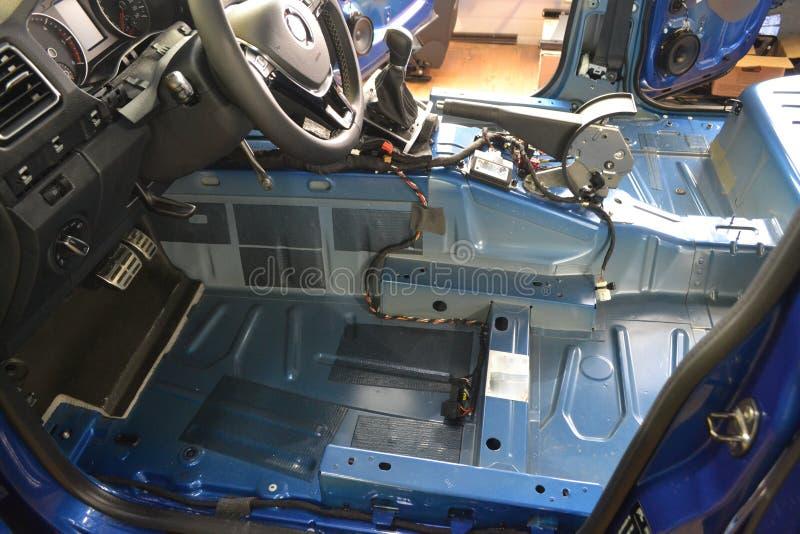 Accord de la voiture dans un corps de camion pick-up avec trois couches d'isolation de bruit photo stock