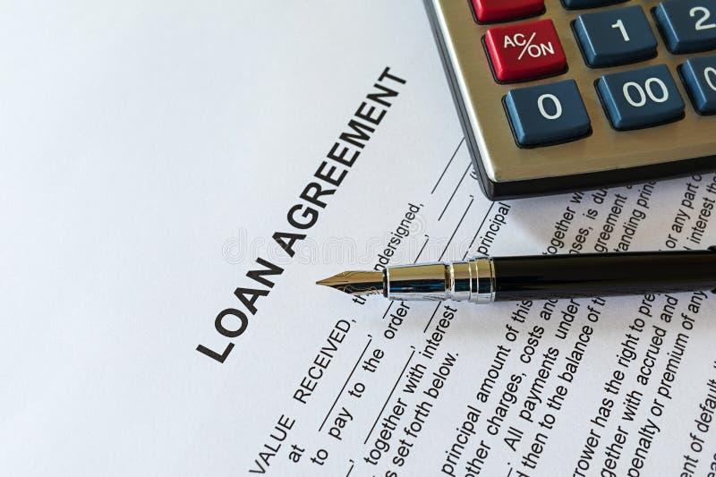 Accord de prêt aux entreprises ou concept de document juridique Stylo-plume et calculatrice sur la forme de papier de convention  photos libres de droits