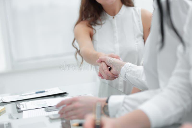 Accord entre le vrais agent immobilier et acheteur images libres de droits