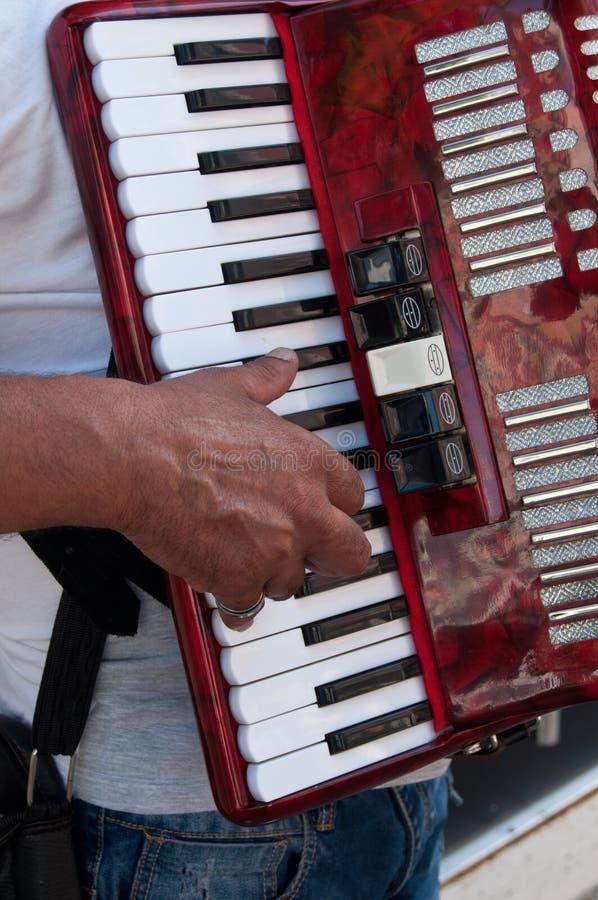 Accordion& x27; музыкант s в улице стоковая фотография rf