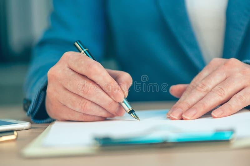 Accordo di contratto di firma di affari della donna di affari fotografie stock libere da diritti