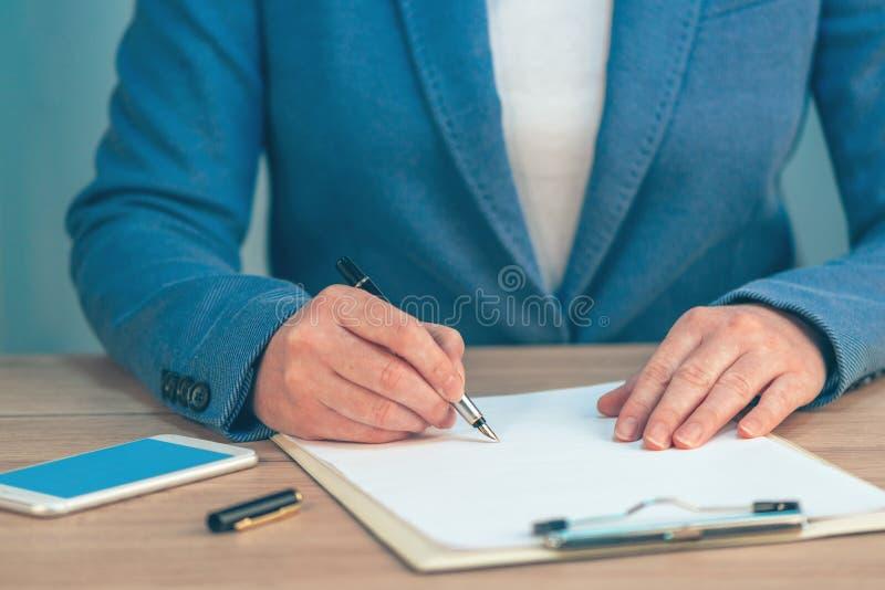 Accordo di contratto di firma di affari della donna di affari immagine stock