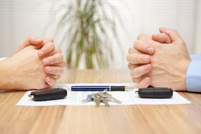 Accordo di divorzio La moglie ed il marito non possono fare lo stabilimento fotografie stock