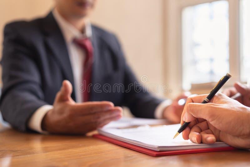 accordo di firma di affari di Co-investimento dopo il riuscito affare fotografia stock