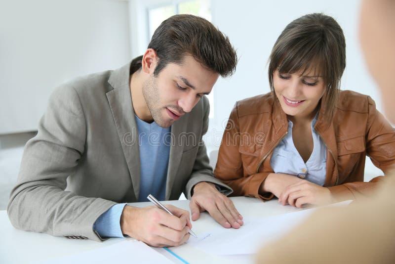 Accordo di firma della proprietà delle coppie fotografia stock