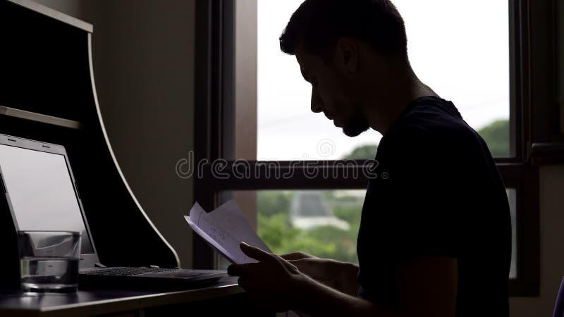 Account Manager occupato che lavora tutto il giorno al computer portatile, free lance che lavorano con le carte fotografia stock libera da diritti