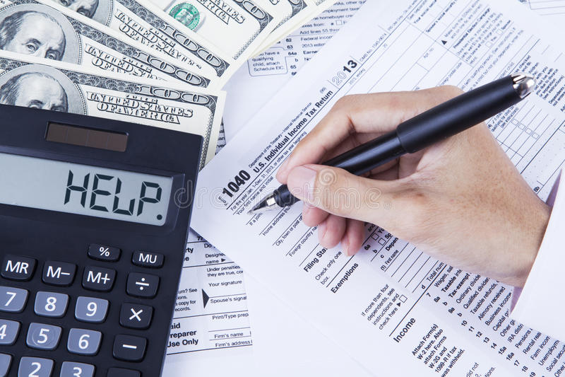 Accountant die de belastingsvormen vullen stock afbeeldingen