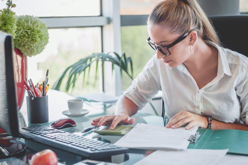 Accountant die een financieel verslag maken Financiën en economieconce stock foto