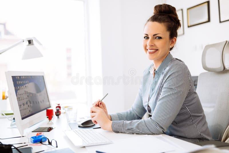 Accountant die in haar bureau werken stock afbeeldingen