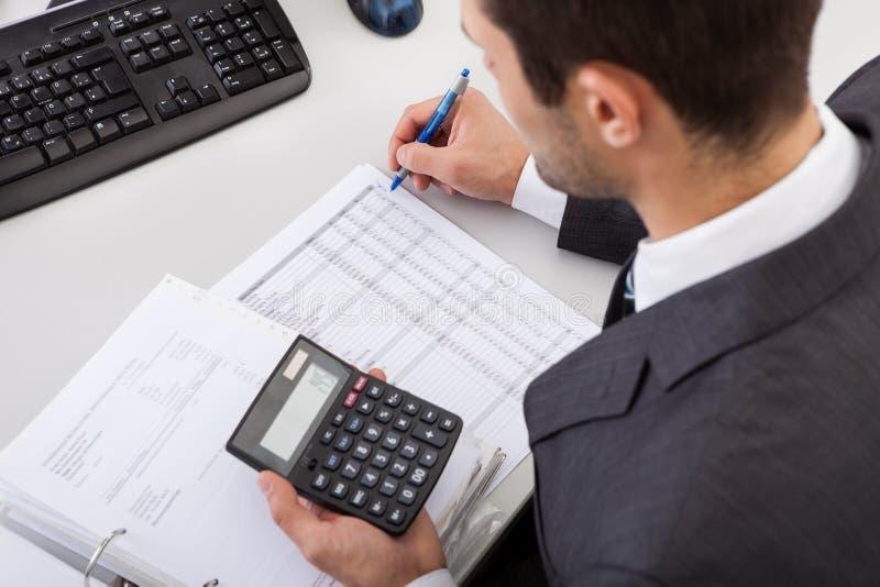 Accountant die op het kantoor werkt royalty-vrije stock afbeeldingen