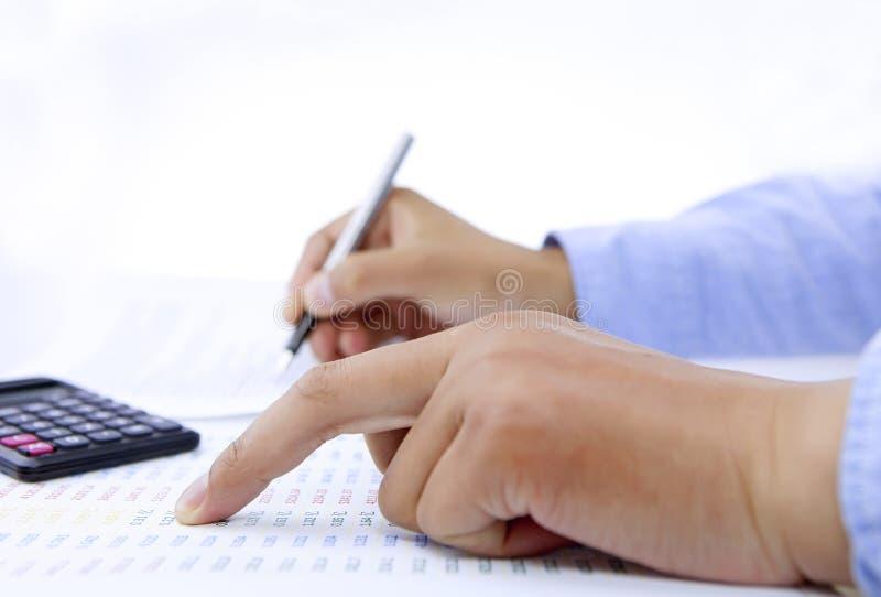 Accountant die rekening het controleren doen stock afbeeldingen
