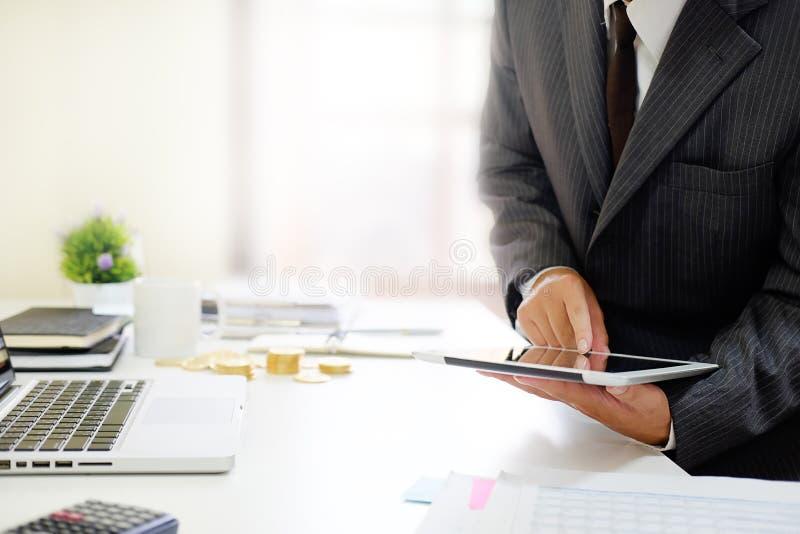 Accountant, Mens die aan mede smartphonetablet werken stock afbeeldingen