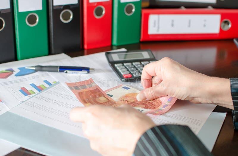 Accountant op het werk stock afbeeldingen