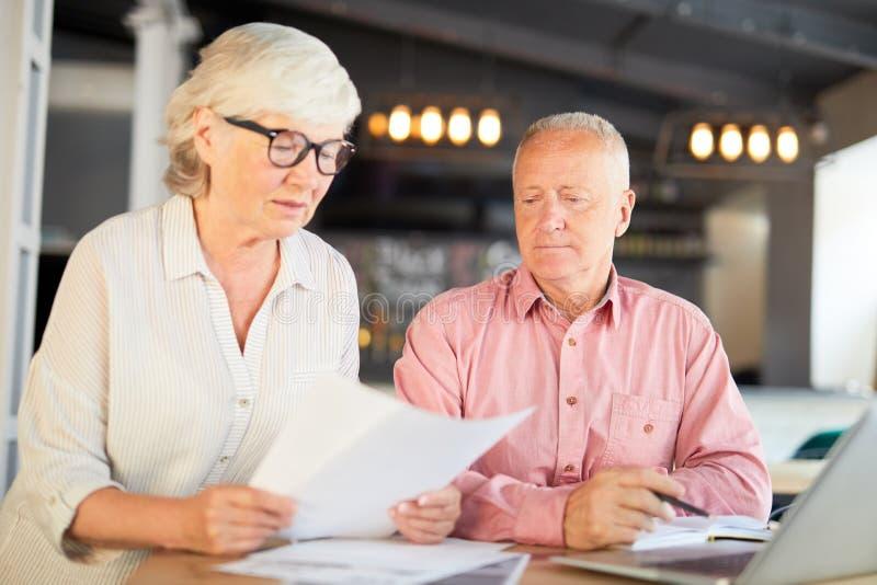 Accountants die document lezen stock foto