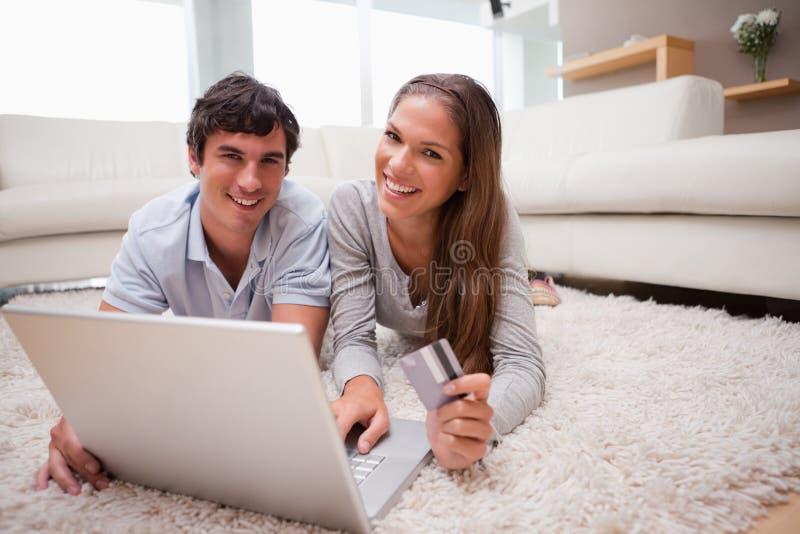 Accouplez le mensonge les vacances de réservation d'étage en ligne photo stock