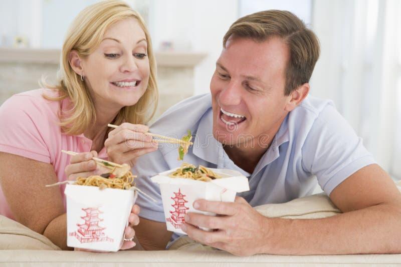 Accouplez manger le repas à emporter, mealtime ensemble photos stock
