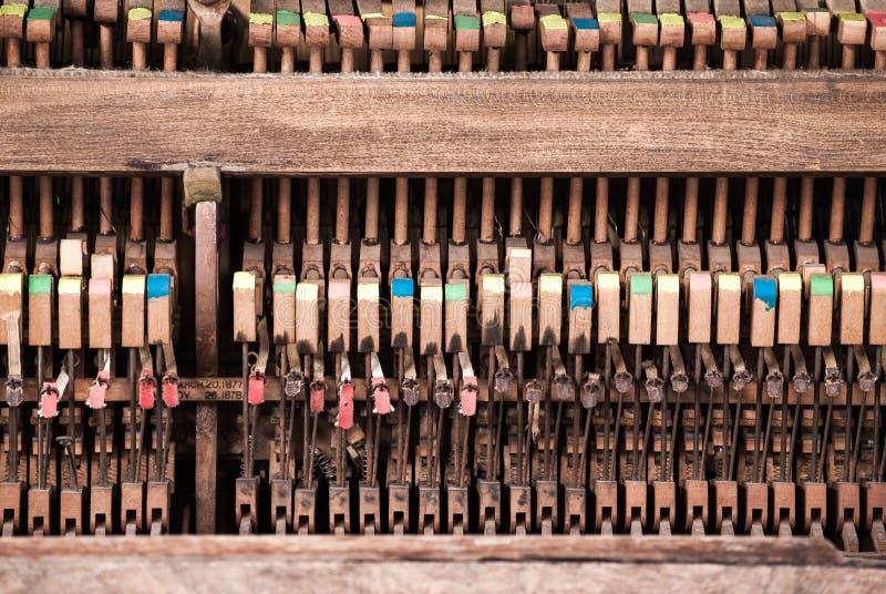 Accousticbinnenkant - de Binnenstee gedeelten van een Pianino royalty-vrije stock foto's