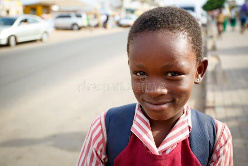 ACCRA, GANA ï ¿ ½ o 18 de março: A criança africana não identificada do estudante cumprimenta foto de stock