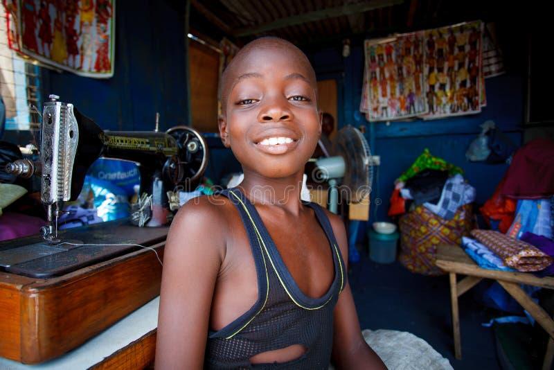 ACCRA, GANA ï ¿ ½ o 18 de março: Menino africano não identificado que trabalha na TAI fotos de stock royalty free