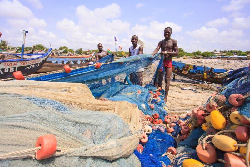 ACCRA, GANA ï ¿ ½ o 18 de março: Pescadores ganeses não identificados que fazem t imagens de stock royalty free