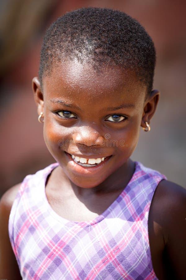 ACCRA, GANA ï ¿ ½ o 18 de março: Pose africana não identificada da menina com manutenção programada imagem de stock