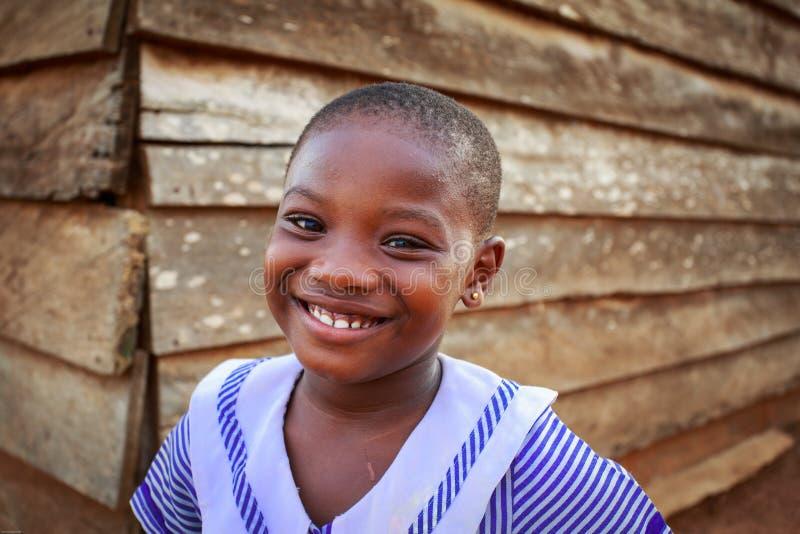 ACCRA, GANA ï ¿ ½ o 18 de março: Pose africana não identificada da menina com SMI fotografia de stock