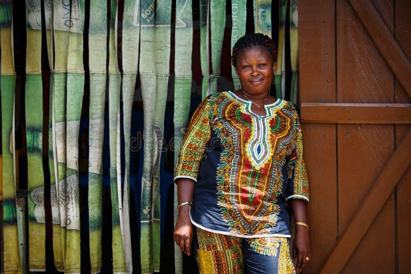 ACCRA, GANA ï ¿ ½ o 18 de março: Pose africana não identificada e gabinete da mulher imagens de stock