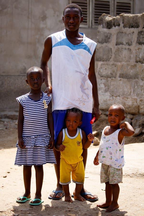 ACCRA, GHANA Ï ¿ ½ 18 MAART: De niet geïdentificeerde Afrikaanse familie stelt aan t royalty-vrije stock foto's