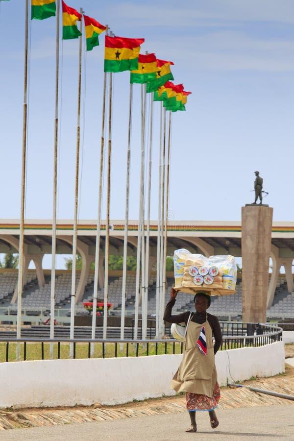 Accra, Ghana - 3 de novembro de 2012: Carrie não identificado da mulher de Ghana imagem de stock royalty free